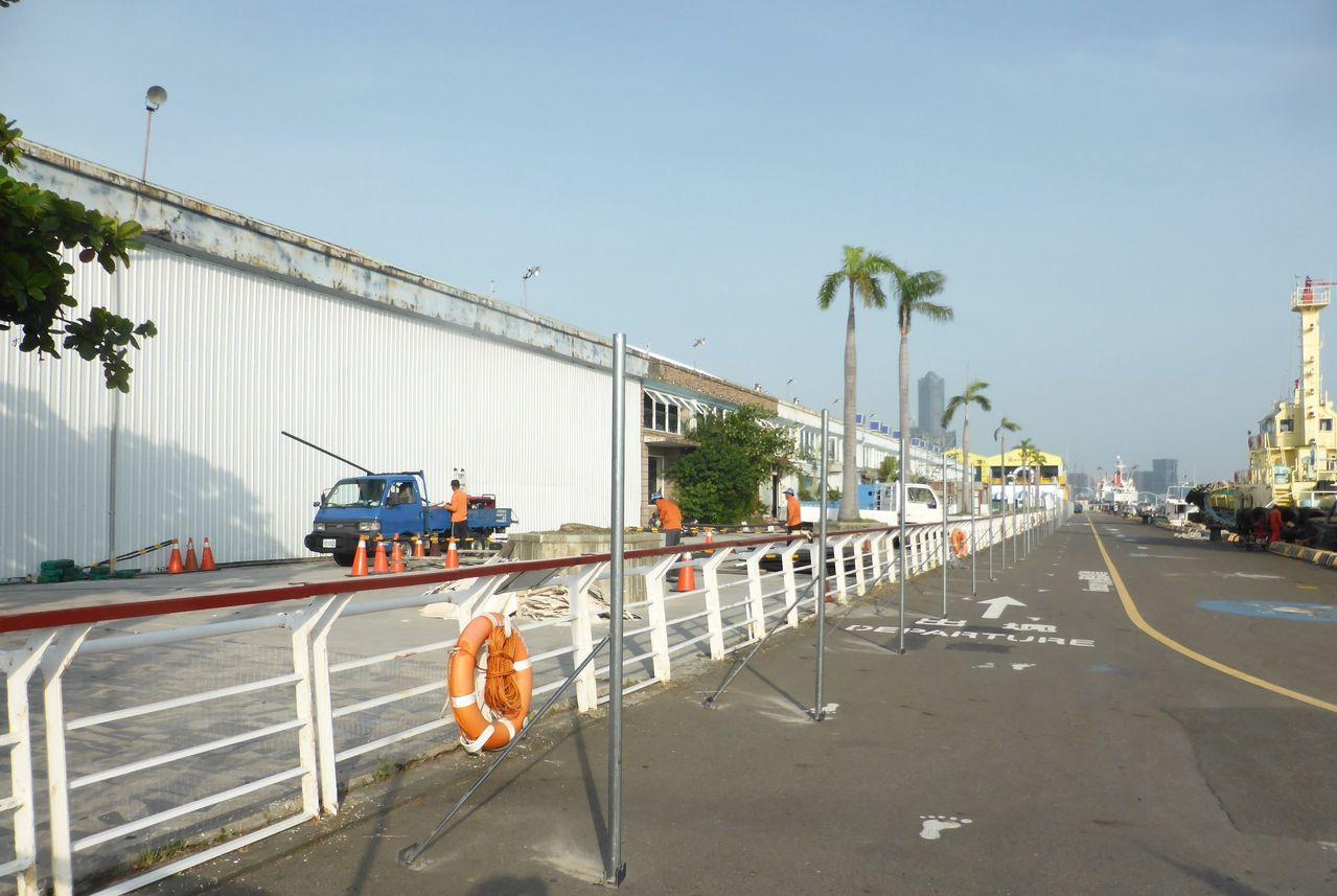 整建中的高雄港漁人碼頭「棧2庫」和臨港堤岸。聯合報資料照/楊濡嘉攝影