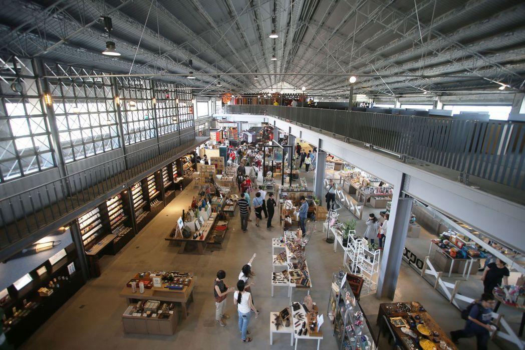 高雄港「棧貳庫」整建後,歷史倉庫活力再現,成為文創、餐飲聚集的場域,有30家店家...
