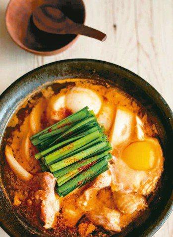雞肉韭菜味噌月見鍋 圖/摘自采實文化出版《款待生活的小鍋料理》