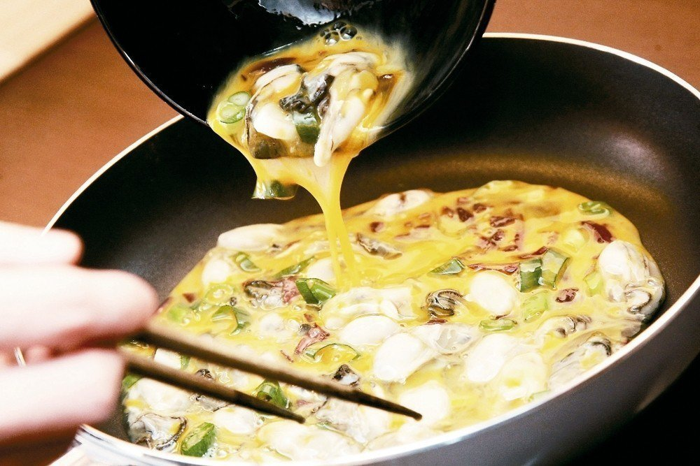 炒蛋或蒸蛋時,不可先在蛋汁中加入鹽巴,因為鹽與蛋中的乳酸菌結合會產生「氯」,有毒...