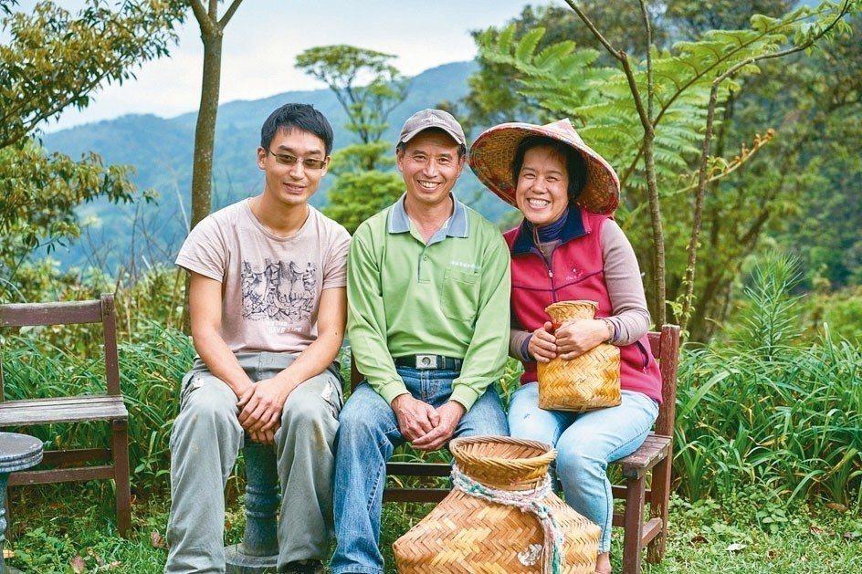 陳易泰(左起)放下台大碩士學業,回鄉與父親陳陸合及母親一起種有機茶,希望讓更多人...