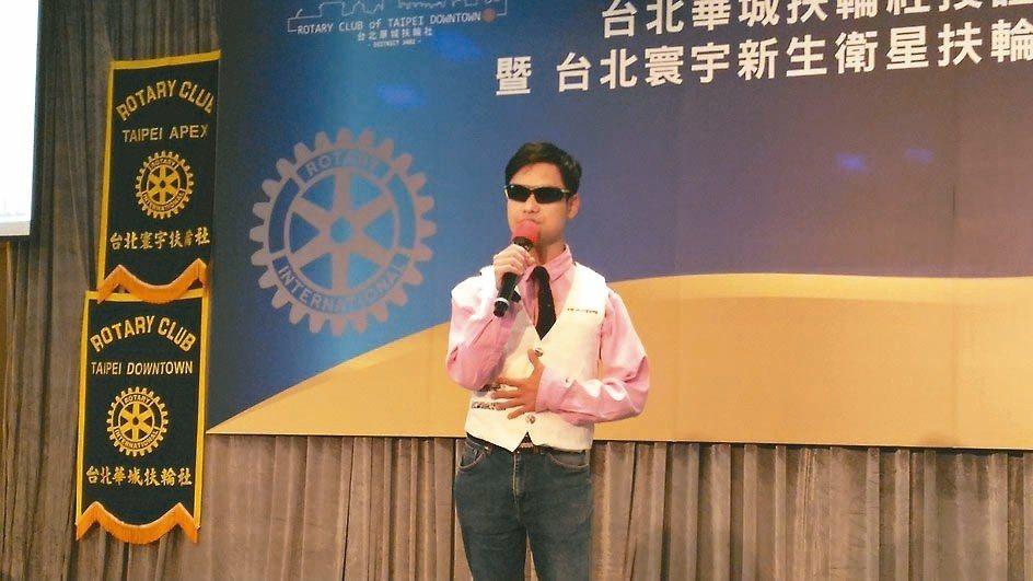 視障街頭歌手徐承邦已發行三張專輯,歌聲充滿感情。 記者莊琇閔/攝影