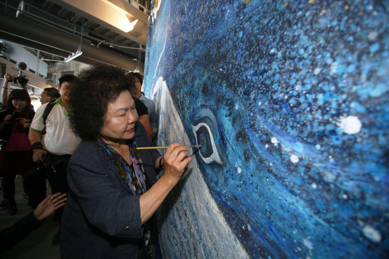 高雄市長陳菊在「棧貳庫」開幕典禮中為象徵豐盛的大魚點睛。 記者劉學聖/攝影