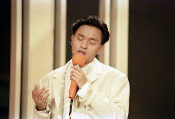 ※ 提醒您:抽菸,有礙健康 2018年4月1日是已故巨星張國榮逝世15年的忌日。香港媒體訪問曾與張國榮在2002年合作最後一張唱片「CROSS OVER」的歌手黃耀明,回憶當年在錄音期間,張國榮已經...