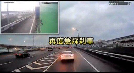 惡質駕駛在國道上急停檔道嗆聲,導致前方淨空、後方嚴重回堵,警方依據車號逕行舉發車...