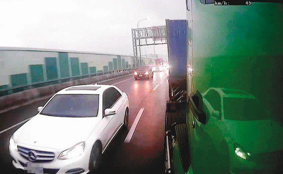 國道惡意逼車不斷,圖為一輛賓士車去年惡意逼迫聯結車讓道,險造成聯結車險摔落四公尺...