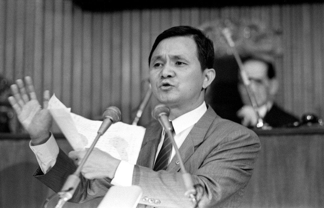 圖為1988年立院院會,民進黨立委黃煌雄抨擊僑選委員心態猖狂情形。 圖/聯合報系...