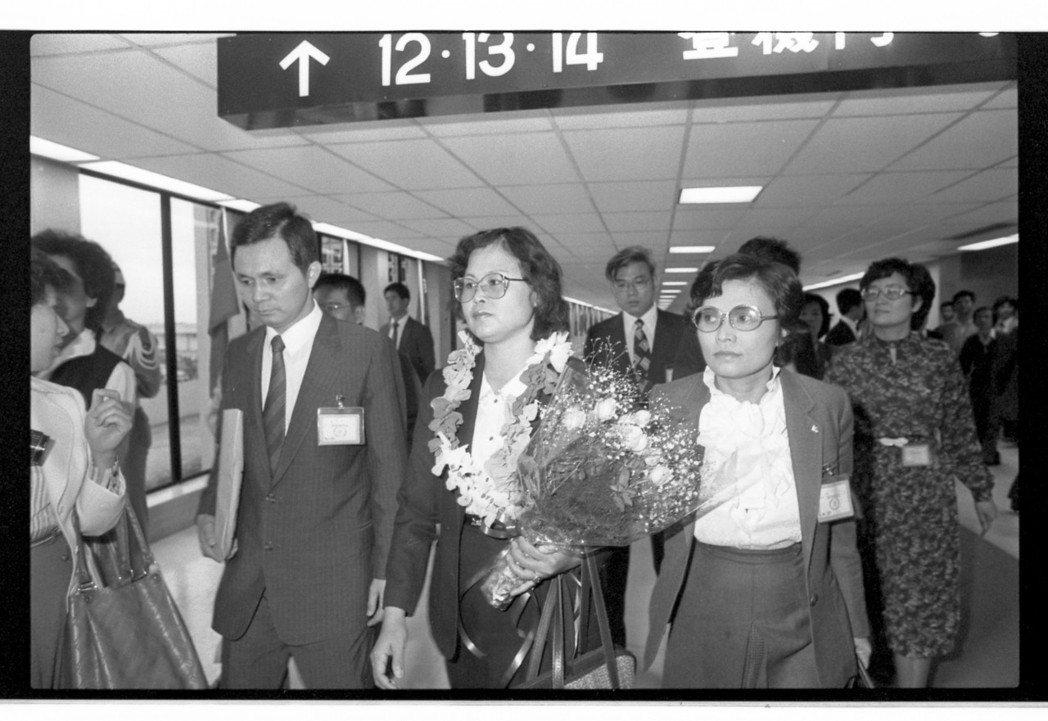 前省議員林義雄的太太方素敏在機場表明要「參加民主與人權的行列」,往機場接機的,有...