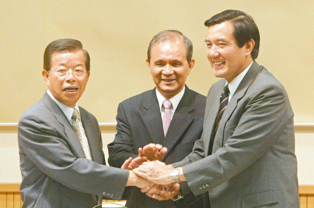 2007年蔣渭水文化基金會舉辦座談會,主持人黃煌雄(中)邀請馬英九(右)、謝長廷...