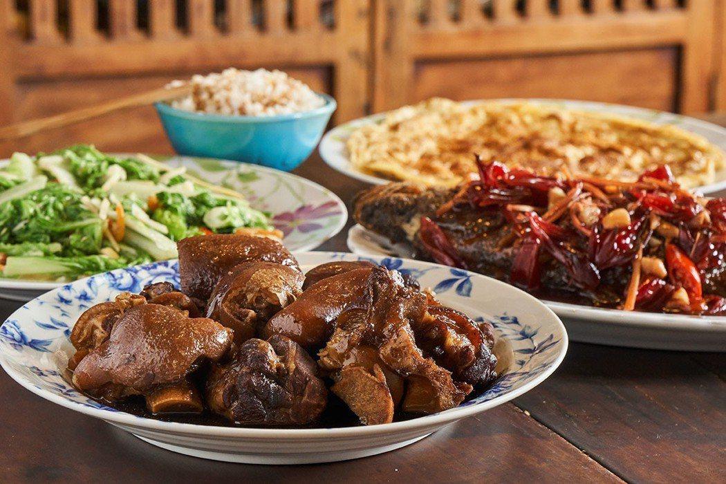 滷豬腳、菜脯蛋和自家栽種的蔬菜,滋味樸素溫暖。
