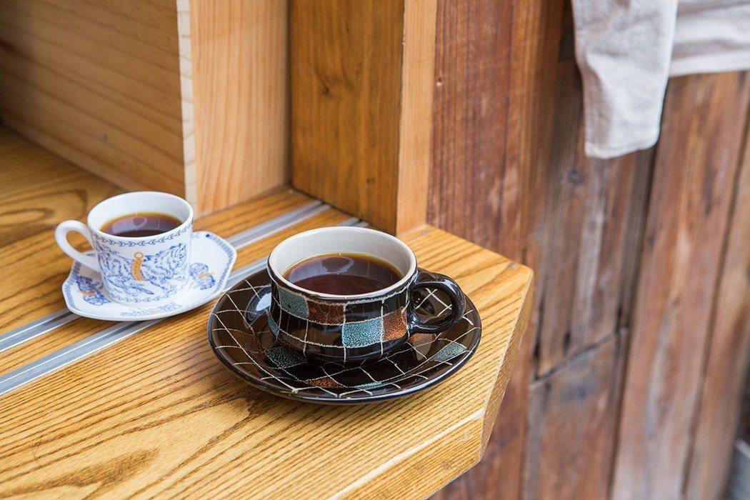 所有咖啡杯具都由邱三歲與媽媽春碧蒐集而來。