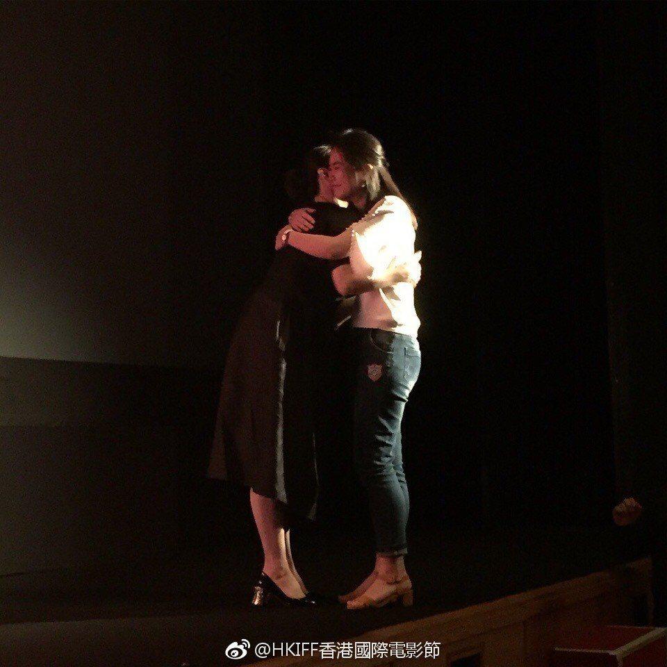 幸運粉絲上台和林青霞擁抱。圖/摘自香港國際電影節微博