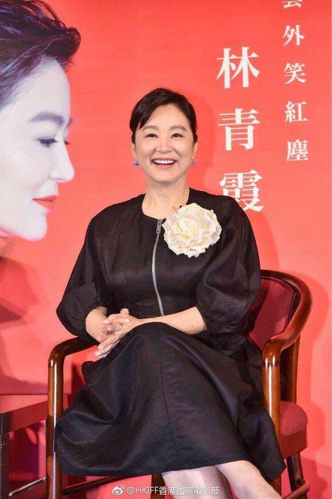 永遠的巨星林青霞,昨現身香港國際電影節的名家講座,果然吸引大批影迷,隊伍環繞香港文化中心的二樓一圈。她穿著一身黑色的服裝,胸口卻有一朵大花,霸氣又搶眼,頗能襯托她「電影女皇」的地位。她的多年好友施南...
