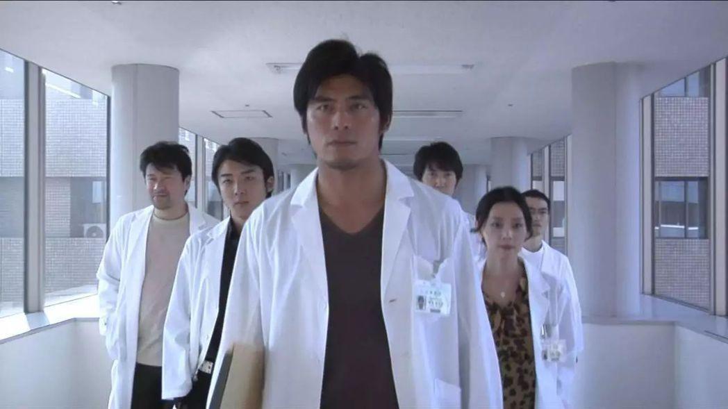 坂口憲二曾演天才醫生卻苦於病痛。圖/摘自YouTube