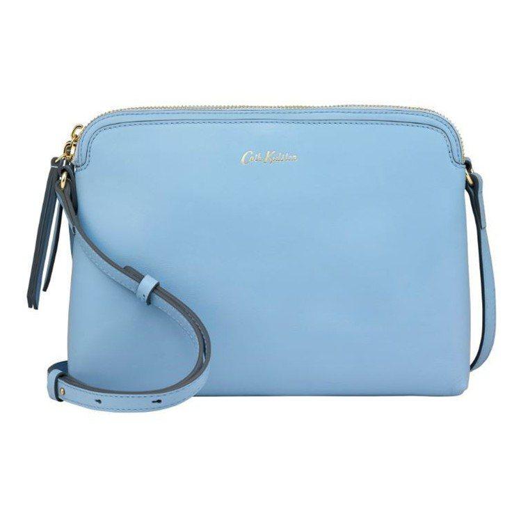 淡藍色小側背包5,880元。圖/Cath Kidston提供