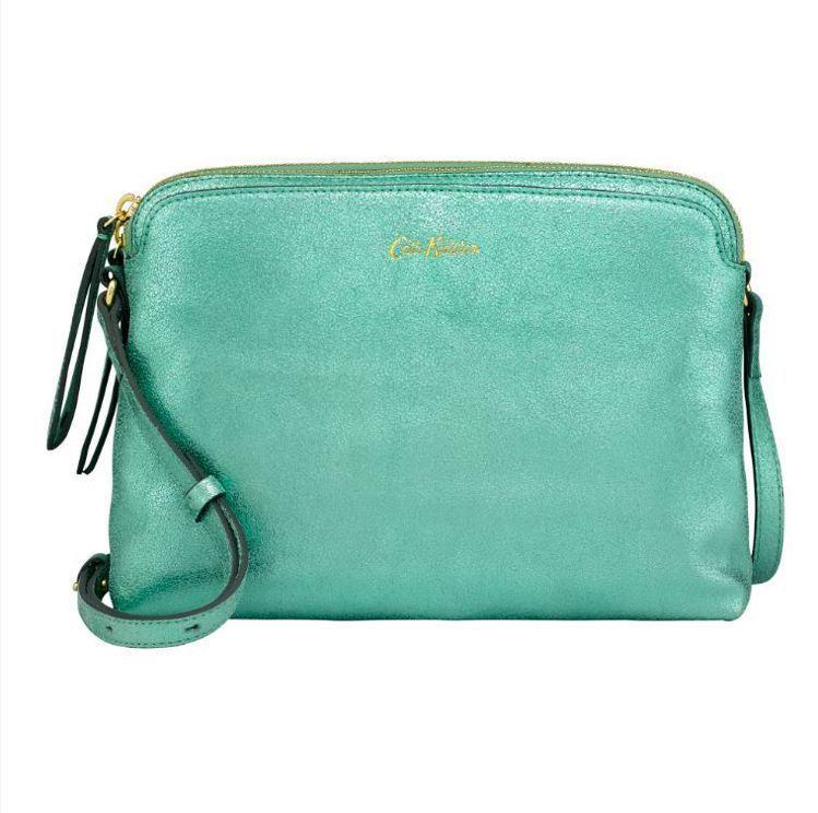 珠光綠小側背包5,880元。圖/Cath Kidston提供