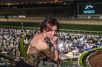這一趟遠到杜拜,林志玲在浪琴表副總裁暨全球行銷總監 Juan-Carlos Capelli陪同下特地觀摩了「杜拜世界盃賽馬日」,因為曾遭遇馬踏意外的陰影,即使過了這麼多年,她仍對騎馬敬謝不敏,毫不掩...
