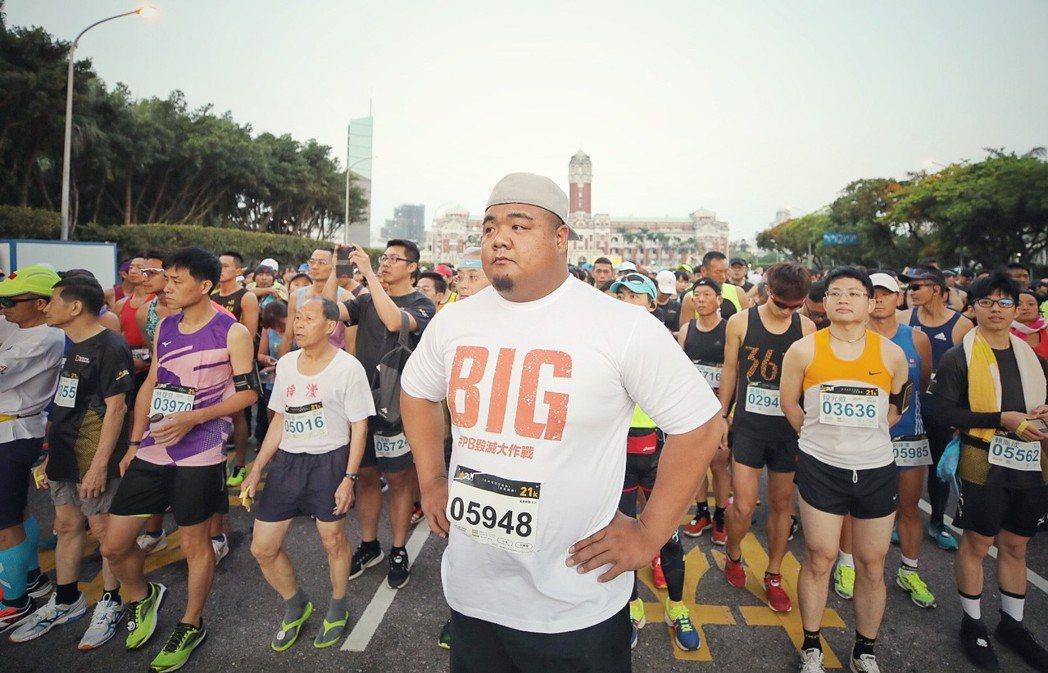 奧運舉重國手陳士杰出席世界地球日路跑活動。圖╱華納兄弟提供