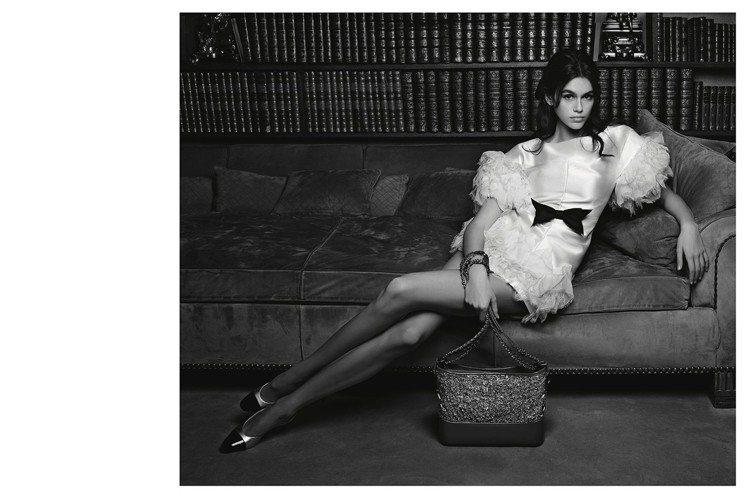 凱亞葛柏拍攝香奈兒春夏包款廣告。圖/香奈兒提供