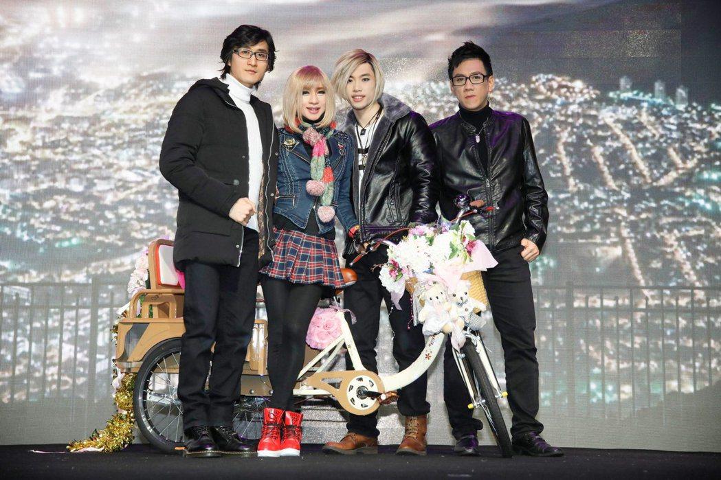左起前男友出德文、鍾潔希、養子馬傑飛、陳永山3月31日舞台劇出演成功。圖/澳洲飛