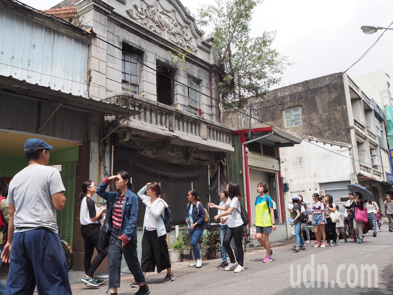 蘇煌文帶領屏東女中學生穿梭在東港延平老街,體會過往歷史雲煙。記者蔣繼平/攝影