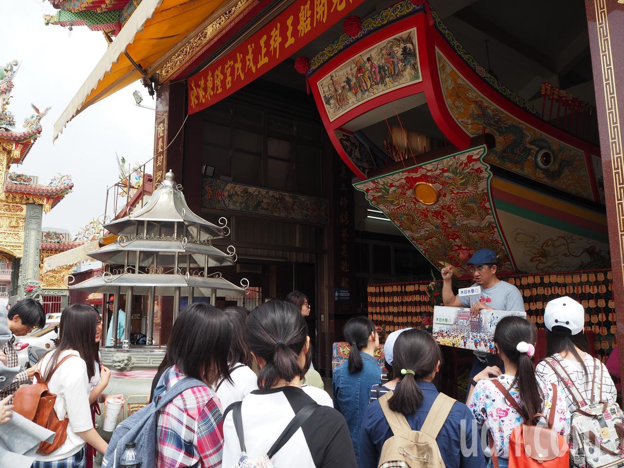 屏東女中一年級語文班約20人,今天前往東港了解在地的迎王祭典文化及延平老街歷史。...