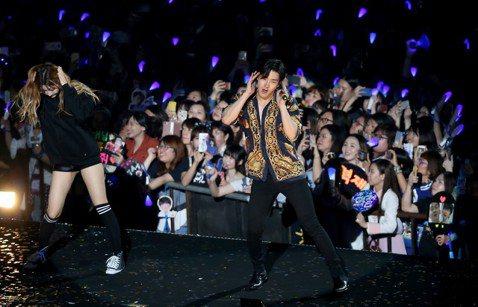韓團Super Junior 1日在台北小巨蛋舉行「Super Show7」第二場演出,雖然開場勁歌熱舞後依舊又咳又喘,他們努力變出不同花招給台灣粉絲驚喜,藝聲剪了頭髮,直接在台灣調整造型。他嘴甜說...