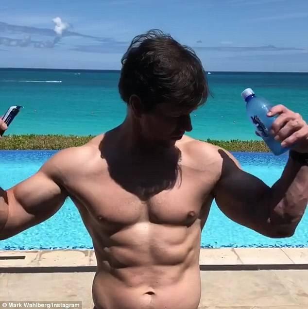 馬克華柏格就算度假也不忘鍛練體格。圖/摘自Instagram