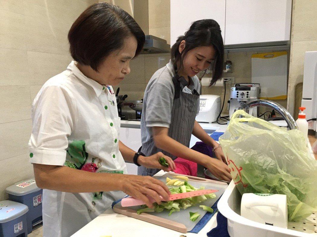 五甘心物理治療所會讓長輩自己到廚房動手烹飪。 圖/廖泰翔提供