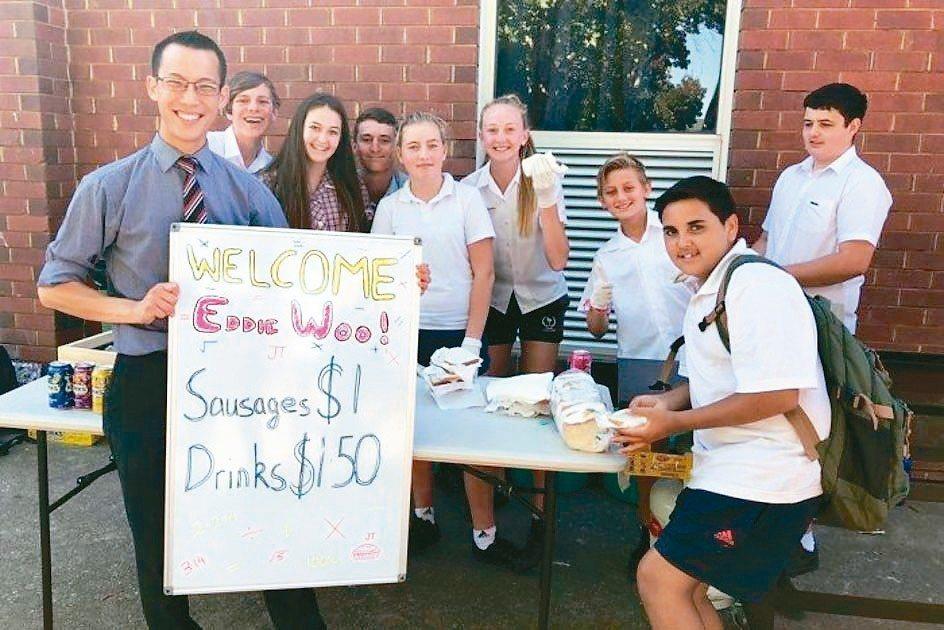 新南威爾斯學生歡迎吳艾迪(左)到訪。 (圖/摘自澳洲廣播公司)