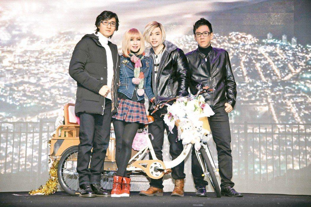 鍾潔希(左二)和前男友出德文(左起)、養子馬杰飛、陳永山成功演出「音樂盒」舞台劇