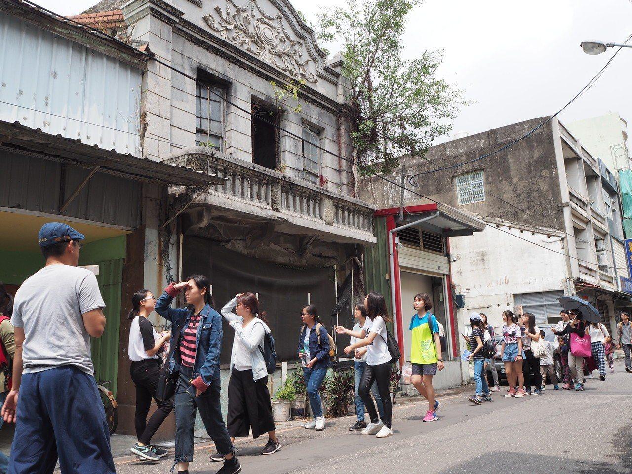 蘇煌文帶領屏東女中學生穿梭在東港延平老街,體會過往歷史雲煙。 記者蔣繼平/攝影