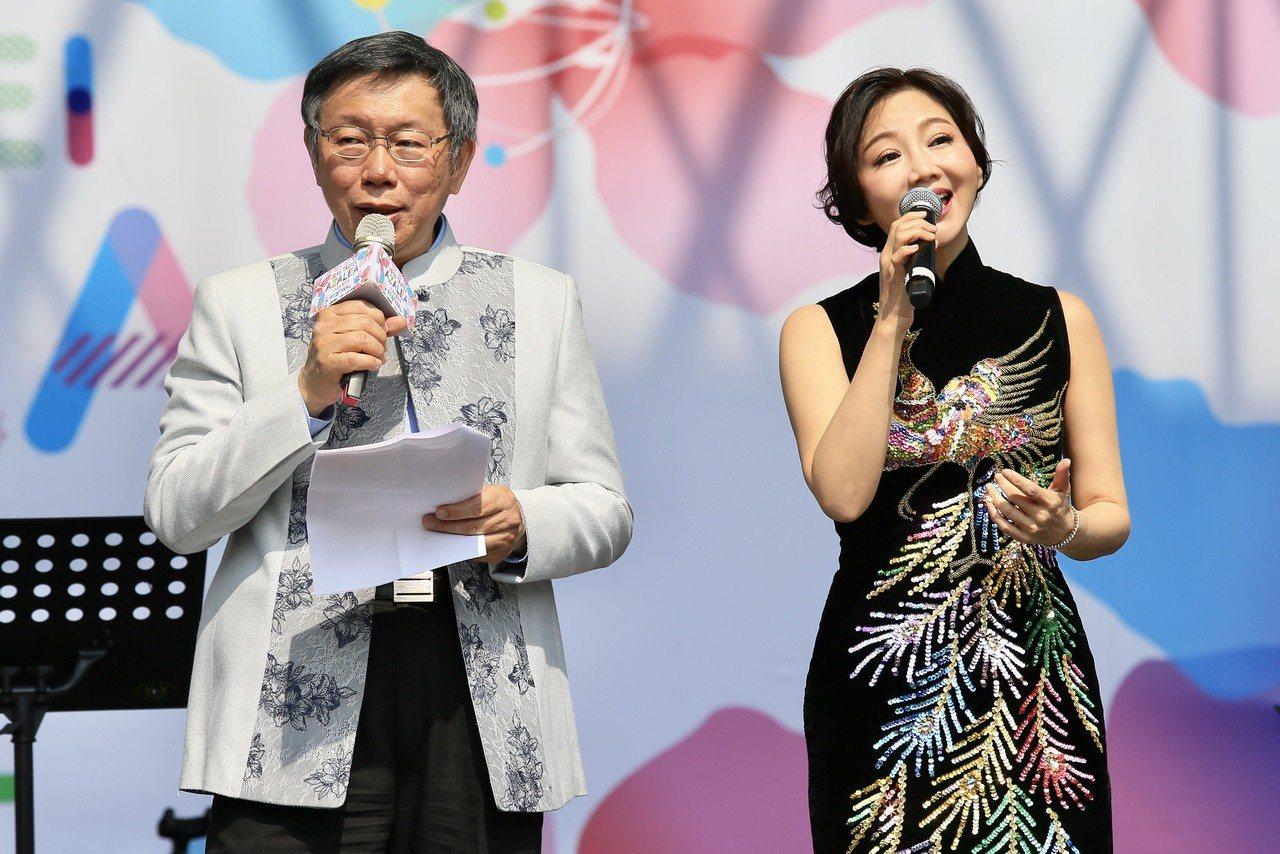 台北市長柯文哲(左)昨天出席台北杜鵑花季大安森林公園野餐音樂會,與有「小鄧麗君」...