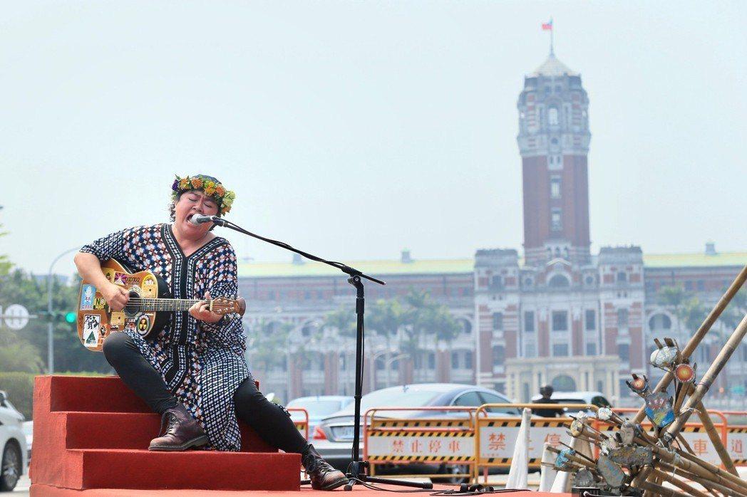 原住民歌手巴奈下午在凱達格蘭大道舉行最新EP《凱道巴奈流浪記》發片記者會。記者林...