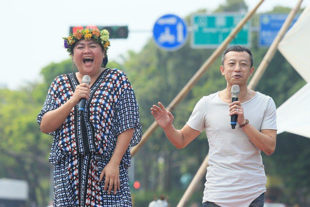 原住民歌手巴奈(左)在凱達格蘭大道舉行最新EP《凱道巴奈流浪記》發片記者會,導演