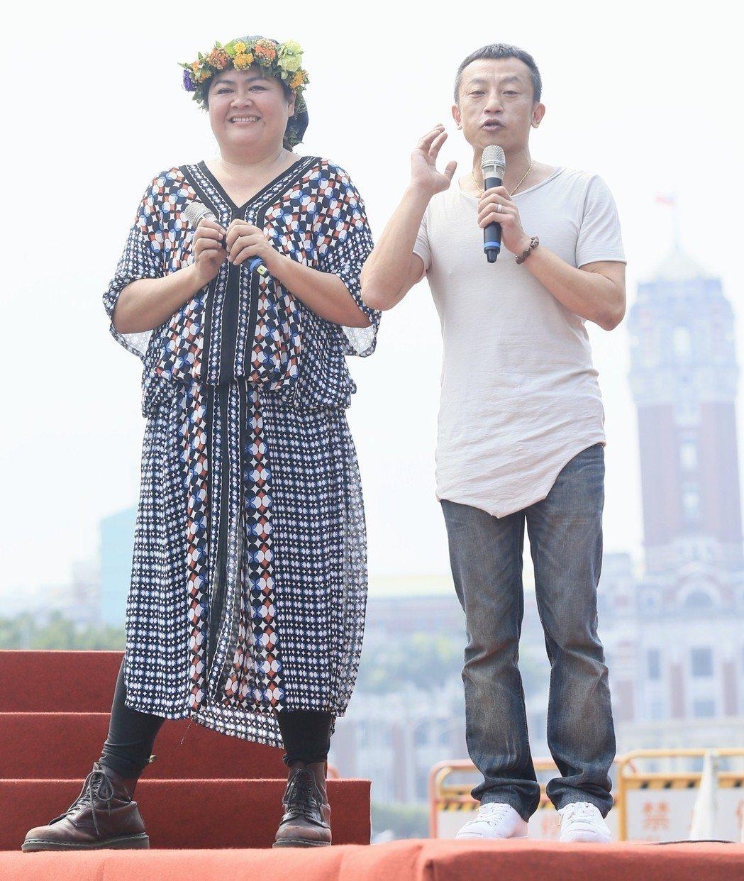 原住民歌手巴奈(左)在凱達格蘭大道舉行最新EP《凱道巴奈流浪記》發片記者會,導演...