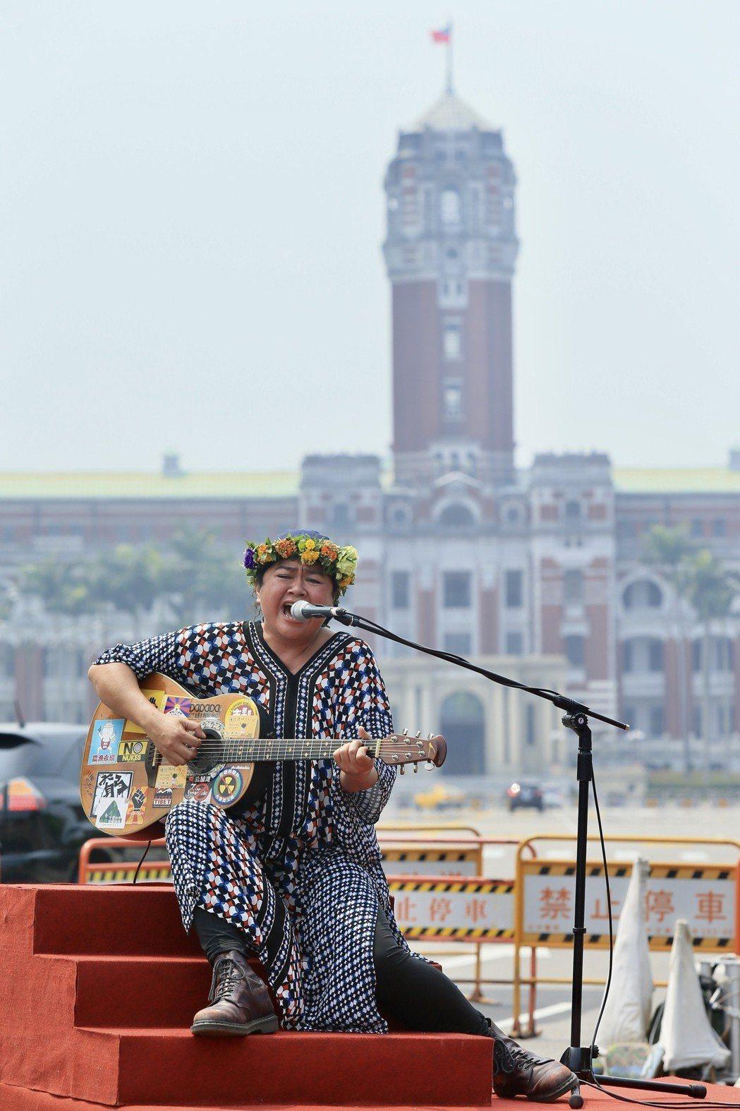 原住民歌手巴奈在凱達格蘭大道舉行最新EP《凱道巴奈流浪記》發片記者會。記者林伯東...