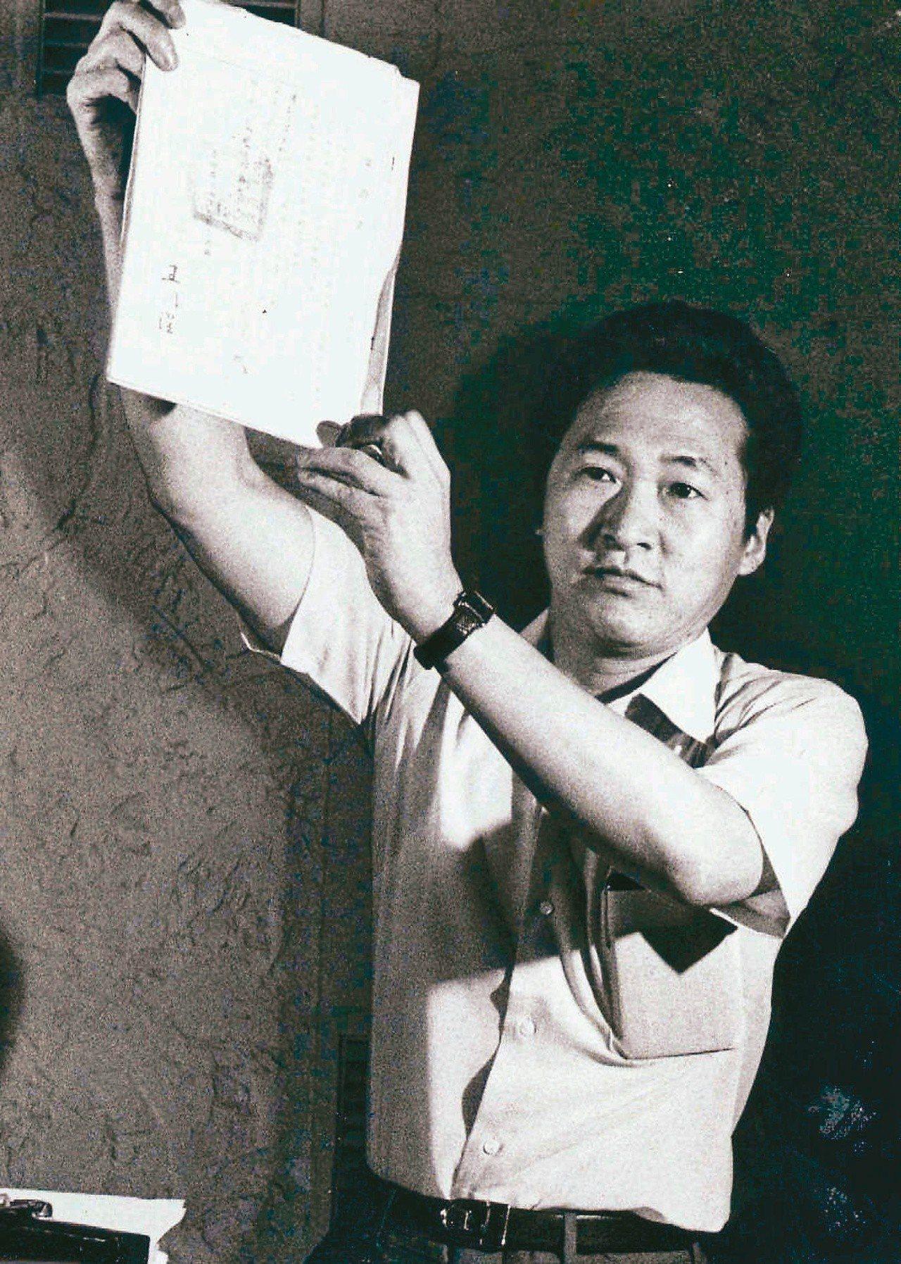 1982年,「文星雜誌選集」訴訟,李敖舉行記者會並提出書面證據。(圖/本報資...
