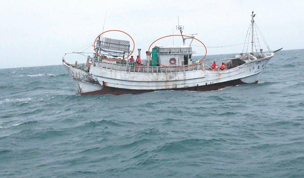 永富升1號漁船竟大膽將海洛因磚綁在船頂,明顯可見,大膽行徑令緝毒幹員傻眼。 圖/...