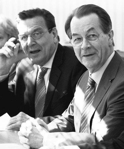 德國總理施洛德(左)在柏林召開黨領袖會議時的檔案照。 歐新社資料照片