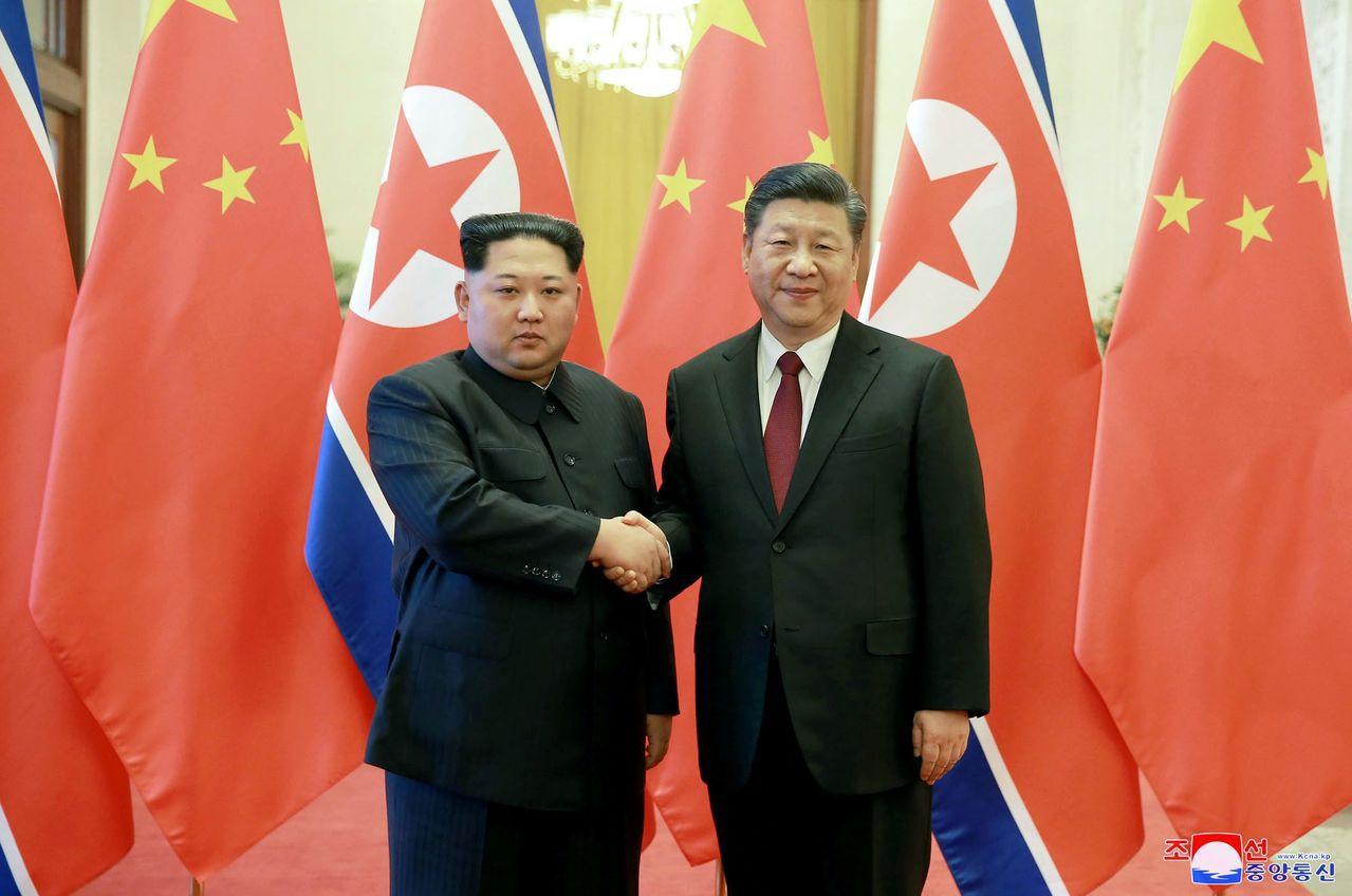 金正恩閃電訪京,從左至右分別是北韓領導人金正恩、中國國家主席習近平。(圖/美聯社...