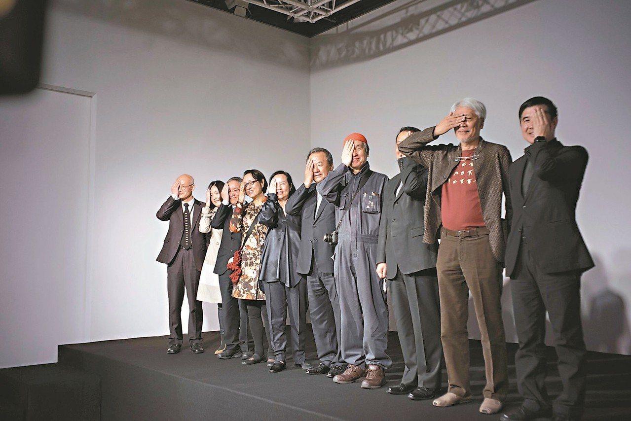 「安尚秀s.活-字.」展覽台灣首展,韓國平面設計及字體設計大師安尚秀(右四)與在...