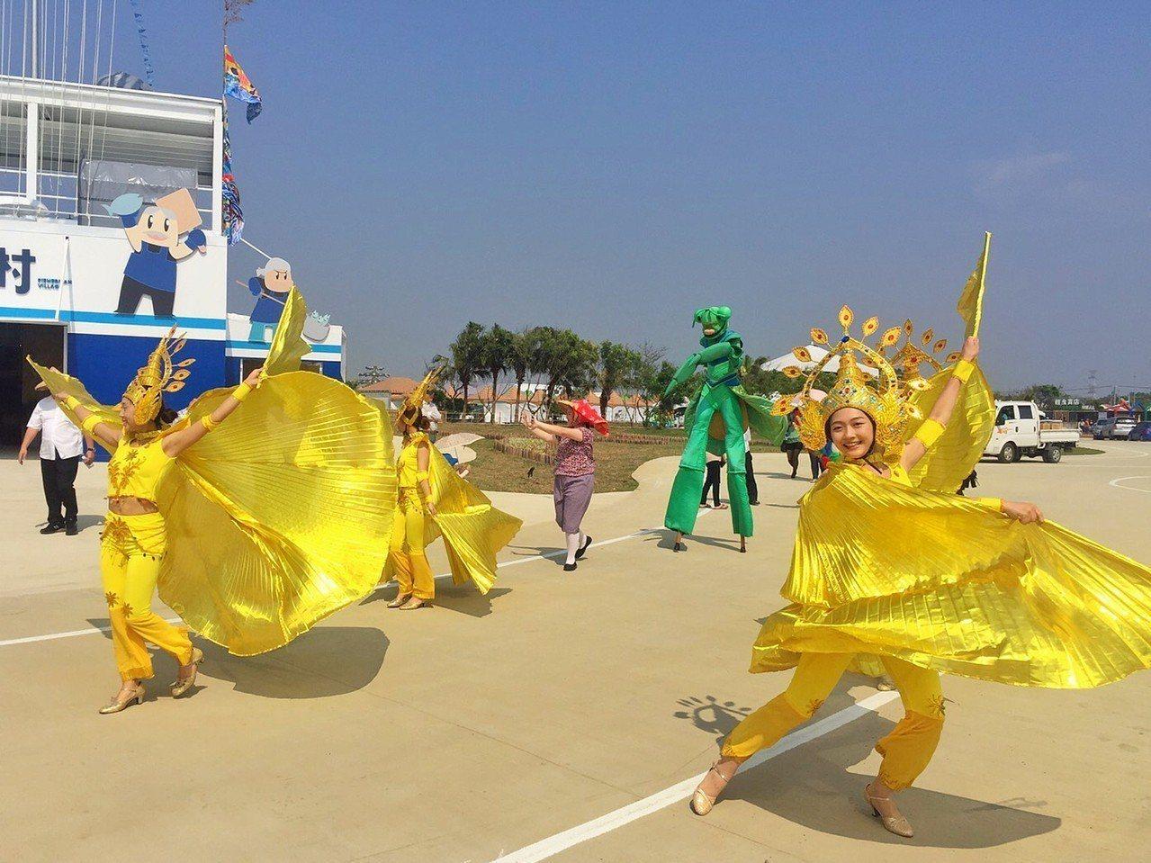 紙風車劇團指導桃園市至善高中表演藝術科學生一起規劃「鵝媽媽齊步走」遊街表演,將在...