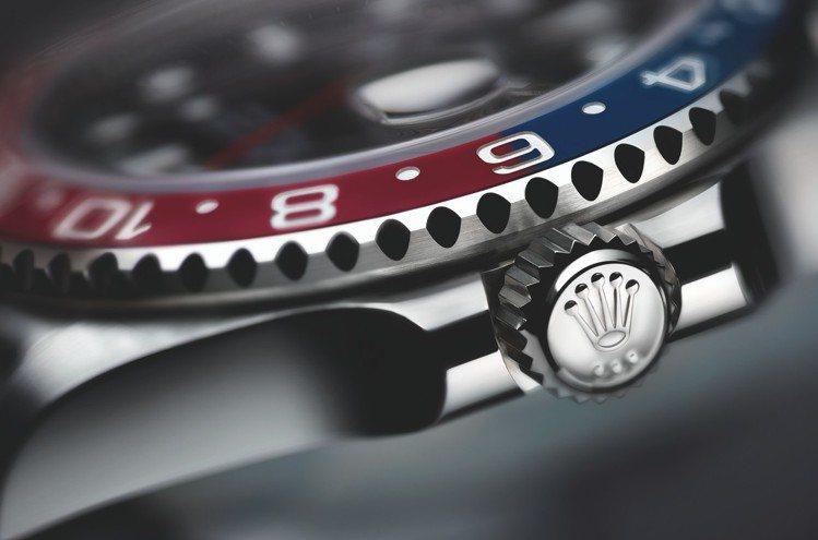 新款GMT-Master II的蠔式錶殼保證防水深達100米(330呎),上鏈錶...
