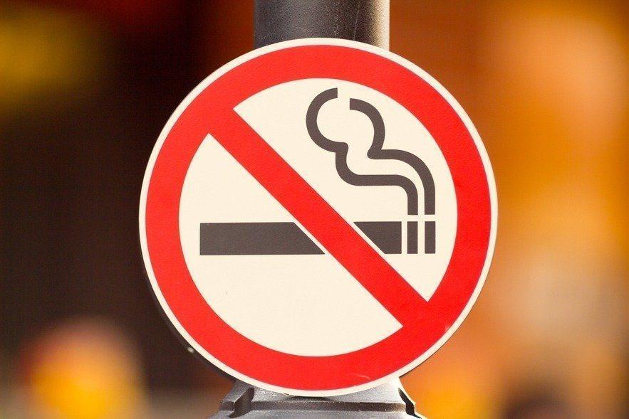 日本奈良縣生駒市政府頒布新規,民眾及員工在吸菸後45分鐘內,不可以搭乘電梯,防止...