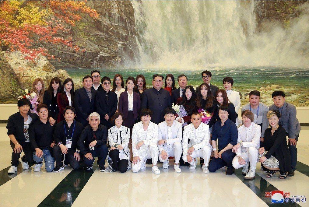 北韓也提議要在南韓舉辦一場公演。而訂為「秋天」,則被解釋為南北關係從破冰邁向「豐...