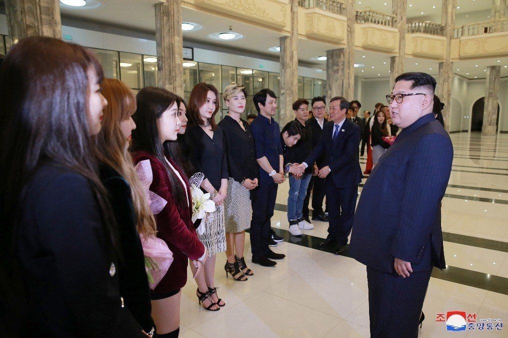 表演結束後,金正恩親自步向Red Velvet,並與團員見面言談。 圖/歐新社、...