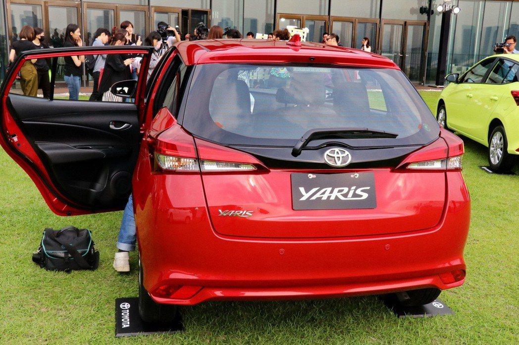 YARIS在高階車型搭配LED光條式尾燈,增加科技感及辨識度。 記者陳威任/攝影