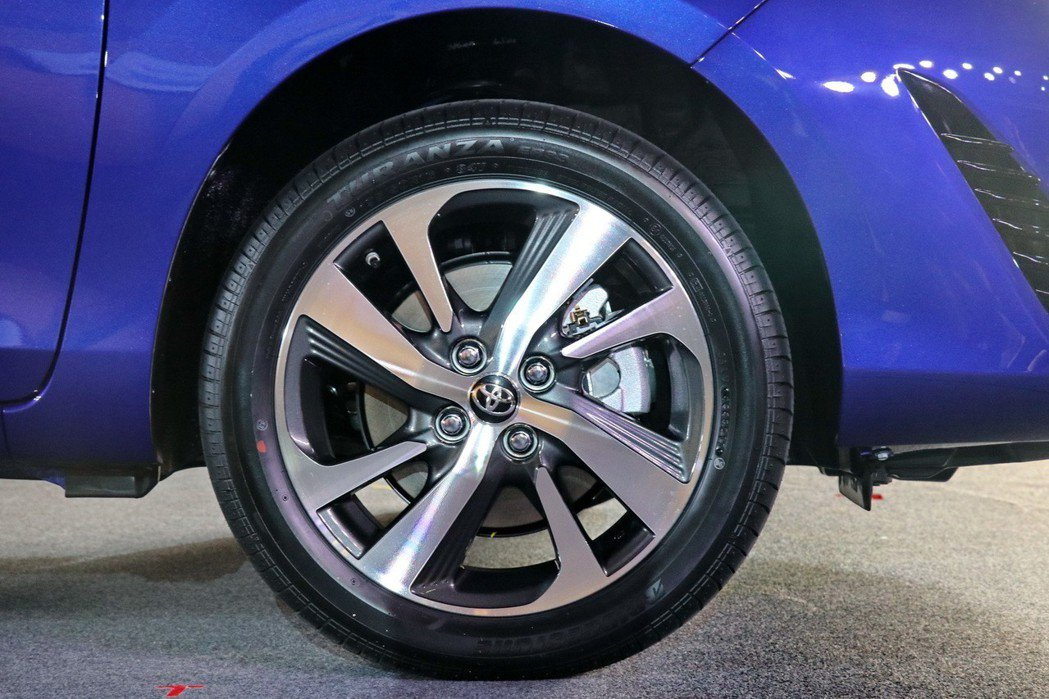 YARIS S配備16吋雙色削切式鋁圈及四輪碟煞。 記者陳威任/攝影