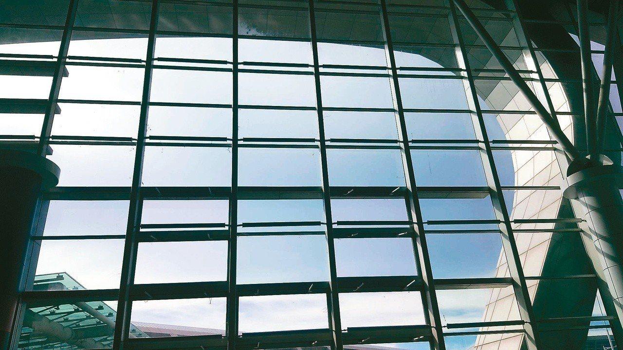 哥打京那巴魯國際機場的落地窗扣住了旅人的眼光。